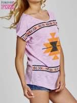 Fioletowy t-shirt we wzory azteckie z dżetami                                                                          zdj.                                                                         3