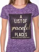 Fioletowy t-shirt ze złotym napisem A LIST OF GRACEFUL PLACES