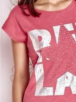 Fuksjowy t-shirt z motywem gwiazdy i dżetami                                                                          zdj.                                                                         5
