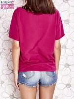 Fuksjowy t-shirt z różowymi pomponikami przy dekolcie                                                                          zdj.                                                                         4