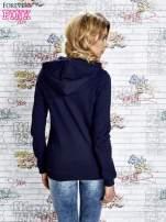 Granatowa bluza z kapturem z kolorowymi przeszyciami                                  zdj.                                  4