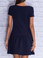 Granatowa fakturowana sukienka z obniżoną talią                                  zdj.                                  6