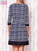 Granatowa graficzna sukienka z koronkowym wykończeniem                                                                          zdj.                                                                         4