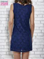 Granatowa koronkowa sukienka z wiązaniem przy dekolcie                                  zdj.                                  2