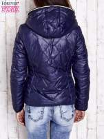 Granatowa pikowana kurtka z futrzaną podszewką