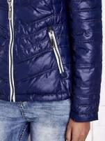 Granatowa pikowana kurtka z wykończeniem w groszki