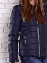 Granatowa pikowana kurtka ze złotymi suwakami