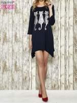 Granatowa sukienka damska z nadrukiem kotów                                  zdj.                                  2
