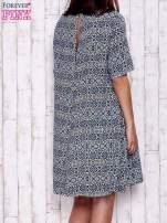 Granatowa sukienka oversize z graficznym nadrukiem                                  zdj.                                  4