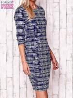 Granatowa sukienka w graficzne wzory z rękawem 3/4                                  zdj.                                  3