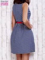 Granatowa sukienka w marynarskim stylu z paskiem