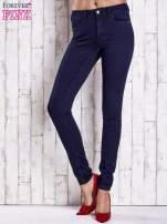 Granatowe dopasowane spodnie jeansowe                                                                          zdj.                                                                         1