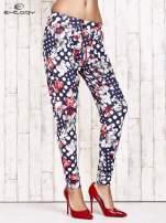 Granatowe lejące spodnie z motywem grochów i kwiatów                                  zdj.                                  1