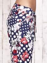 Granatowe lejące spodnie z motywem grochów i kwiatów                                  zdj.                                  6