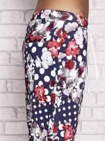 Granatowe spodnie capri w grochy                                  zdj.                                  5