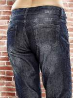 Granatowe spodnie regular jeans z tłoczeniem przy kieszeniach                                  zdj.                                  6