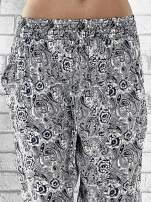 Granatowe zwiewne spodnie alladynki we wzór roślinny                                                                          zdj.                                                                         5