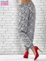 Granatowe zwiewne spodnie alladynki we wzór roślinny                                                                          zdj.                                                                         4