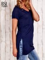 Granatowy długi t-shirt z rozporkami z boku                                  zdj.                                  3