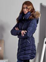 Granatowy pikowany płaszcz damski z futrzanym kołnierzem                                  zdj.                                  3