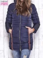 Granatowy pikowany płaszcz ze złotymi suwakami