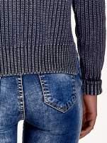 Granatowy sweter cropped z rozporkami                                                                          zdj.                                                                         6