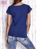 Granatowy t-shirt z nadrukiem Audrey Hepburn                                  zdj.                                  5