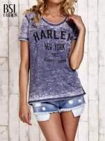 Granatowy t-shirt z napisem HARLEM efekt acid wash                                  zdj.                                  1