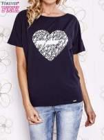 Granatowy t-shirt z napisem JE T'AIME i dekoltem na plecach                                  zdj.                                  1