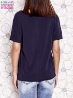 Granatowy t-shirt z ukośną kieszenią i dżetami                                  zdj.                                  4