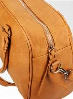 Jasnobrązowa torebka typu miękki kuferek z dodatkowym paskiem