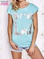 Jasnokoralowy t-shirt z motywem gwiazdy i dżetami                                                                          zdj.                                                                         1