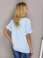 Jasnoniebieska bluzka z falbanami na rękawach                                  zdj.                                  2