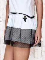 Jasnoniebieska sukienka dresowa z kontrafałdami i tiulem w groszki