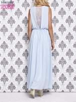 Jasnoniebieska sukienka maxi z łańcuchem przy dekolcie                                                                          zdj.                                                                         4