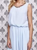 Jasnoniebieska sukienka maxi z łańcuchem przy dekolcie                                                                          zdj.                                                                         5