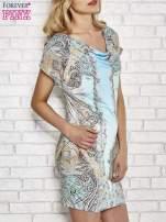 Jasnoniebieska sukienka w roślinne wzory z dekoltem typu woda                                                                          zdj.                                                                         3