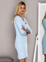 Jasnoniebieska sukienka z paskami przy dekolcie                                   zdj.                                  5