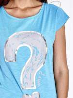 Jasnoniebieski t-shirt z nadrukiem znaku zapytania                                                                          zdj.                                                                         5
