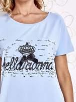 Jasnoniebieski t-shirt z ozdobnym napisem i kokardą                                  zdj.                                  5