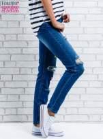 Jasnoniebieskie spodnie girlfriend jeans z naszywkami
