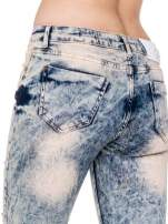 Jasnoniebieskie spodnie jeansowe rurki z dziurami typu cut out                                  zdj.                                  7