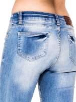Jasnoniebieskie spodnie jeansowe rurki z poszarpaną nogawką na dole                                                                          zdj.                                                                         8