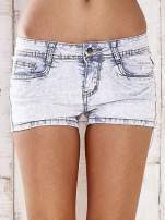 Jasnoniebieskie szorty jeansowe ze srebrnymi dżetami                                  zdj.                                  1