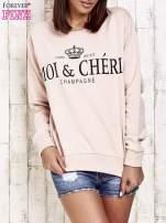 Jasnoróżowa bluza z napisem MOI & CHÉRI
