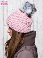 Jasnoróżowa czapka o grubym splocie z pomponem                                  zdj.                                  2