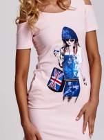 Jasnoróżowa sukienka dresowa cut out shoulder z nadrukiem dziewczyny                                  zdj.                                  5