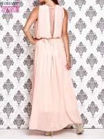 Jasnoróżowa sukienka maxi z łańcuchem przy dekolcie                                  zdj.                                  4