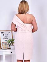 Jasnoróżowa sukienka w drobne wypukłe wzory PLUS SIZE                                  zdj.                                  2