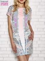 Jasnoróżowa sukienka w roślinne wzory z dekoltem typu woda                                  zdj.                                  1